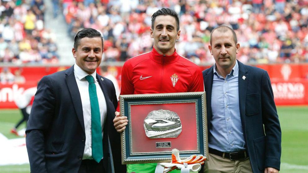 Diego Mariño es galardonado por el Sporting de Gijón (@Dmarino90)