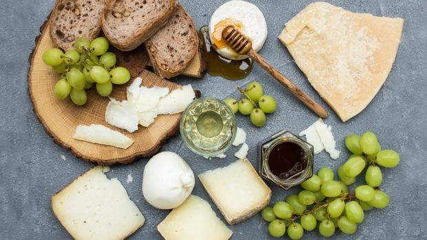 Helado casero de queso cremoso y uvas