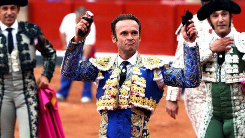 Antonio Ferrera muestra las dos orejas cortadas a su primer toro (Foto: EFE).