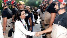 Margarita Robles saluda a miembros de la UME (Foto: EFE)