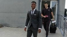 Ansu Fati, antes de subir al avión del Barcelona en dirección Dortmund. (@FCBarcelona)