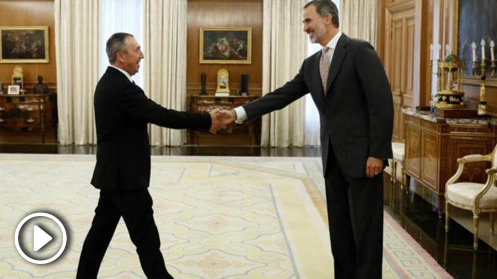 El rey Felipe VI saluda al diputado de Compromís, Joan Baldoví. (EFE)