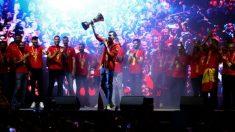 Rudy Fernández ofrece la copa del Mundial de baloncesto a los aficionados de España. (EFE)