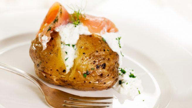 Receta de patatas asadas rellenas de huevo y salmón