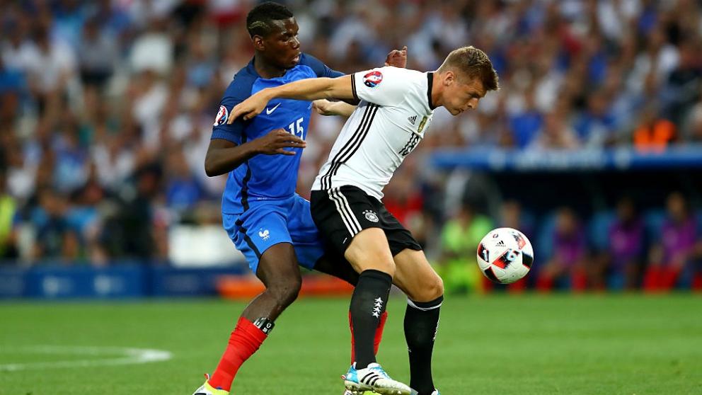 Toni Kroos y Paul Pogba pugnan por un balón durante un Alemania-Francia. (Getty)