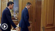 El rey Felipe VI (d) recibe en audiencia al presidente del Gobierno en funciones, Pedro Sánchez (i), este lunes, en el Palacio de la Zarzuela, durante la segunda jornada de la ronda de consultas de cara a la posible investidura de Sánchez como presidente del Gobierno. EFE/ Ballesteros ***POOL***