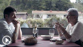 Maixabel Lasa, viuda del asesinado por ETA Juan Antonio Jáuregui, y el asesino del político vasco y ex miembro dela banda terrorista ETA, Ibon Etxezarreta, juntos en el documental 'Zubiak'. Foto: Movistar+