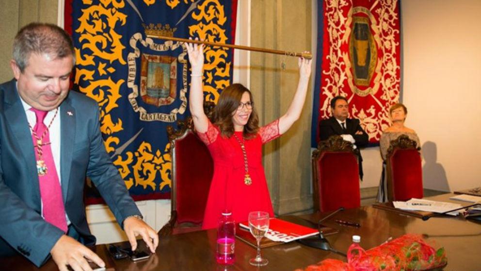 Ana Belén Castejón con la vara de mando.