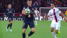 Bale se acomodó el balón con la mano antes de chutar.