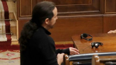 El líder de Podemos, Pablo Iglesias, llegando 30 minutos tarde al último Pleno de la legislatura este miércoles. (Foto: EFE)