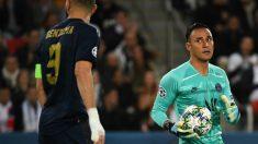 Keylor Navas, en una acción junto a Benzema. (AFP)