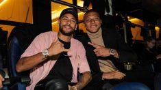 Neymar y Mbappé, en el palco del PSG.