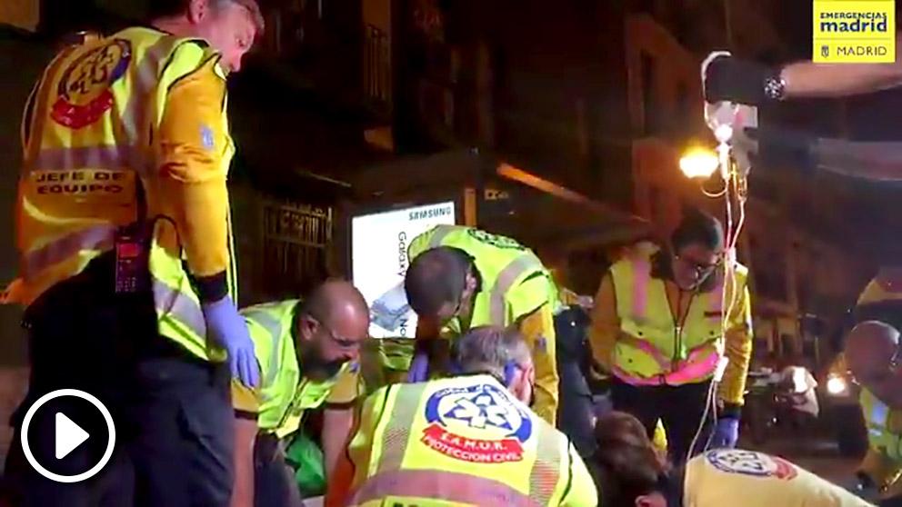 Miembros del Samur atienden a los heridos por arma blanca en el Paseo de las Delicias.