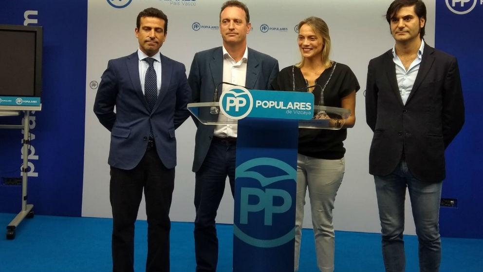 Raquel González y Daniel Portero (centro de la imagen), en la presentación de la moción para impedir homenajes a etarras.