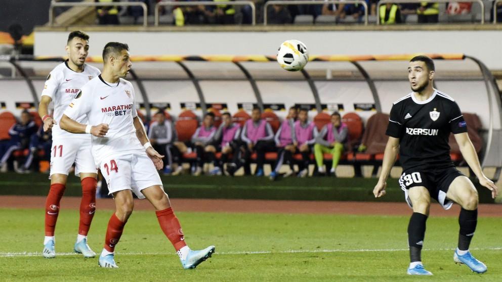 Chicharito y Munir durante una acción del Qarabag – Sevilla. (AFP)