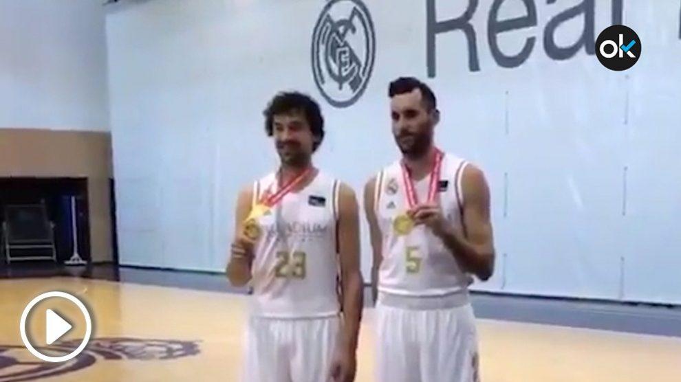 Llull y Rudy Fernández lucen sus medallas de oro en Valdebebas.