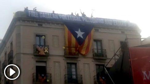 Momento en el que se despliega una estelada gigante en el Ayuntamiento de Barcelona con motivo de la fiesta de La Mercé @REDES