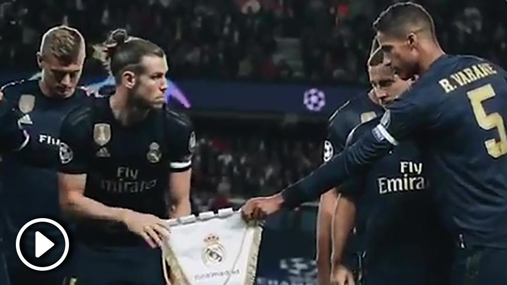 Gareth Bale, sorprendido por el banderín del Real Madrid.