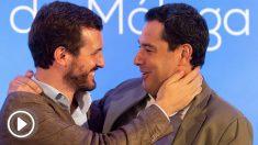 El presidente del Partido Popular (PP), Pablo Casado (i), junto al presidente de la Junta de Andalucía, Juanma Moreno, se saludan momentos antes de la clausura de un acto organizado por los populares en Alhaurín el Grande (Málaga). EFE/Daniel Pérez