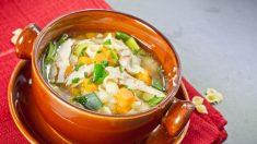Sopa de pollo con col rizada