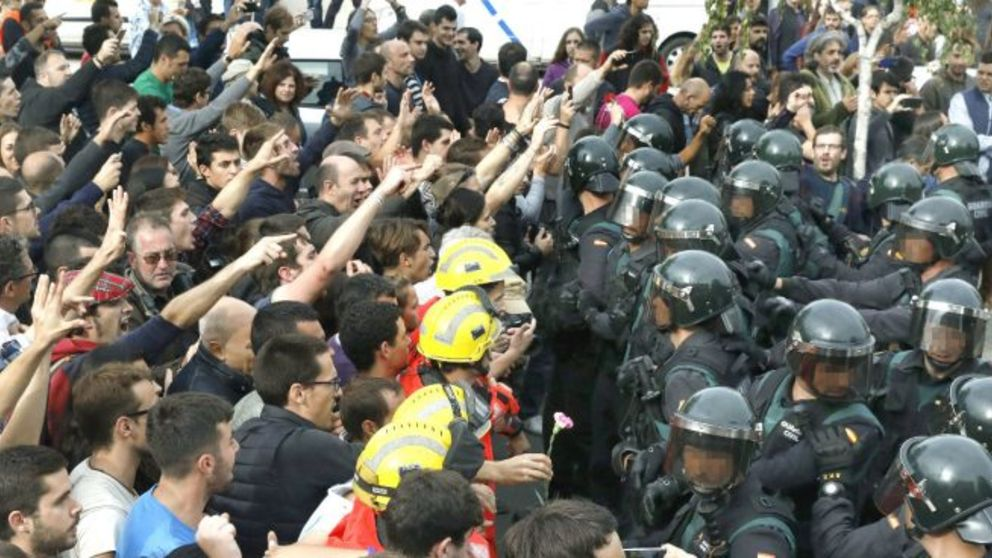 Manifestación a las puertas de un colegio el 1-O. Archivo.