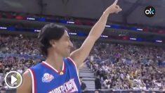 Ginóbili apareció con un peluquín en un partido de baloncesto.