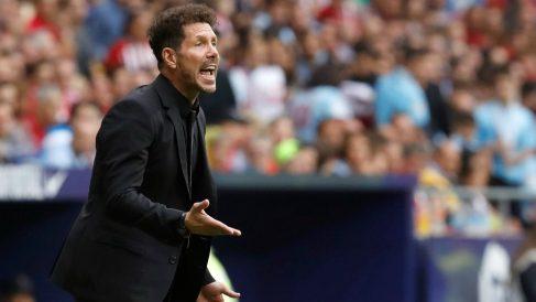 El Cholo Simeone da órdenes en el Atlético de Madrid – Celta. (EFE)