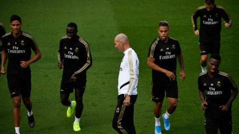 Zinedine Zidane junto a varios jugadores en un entrenamiento del Real Madrid. (AFP)