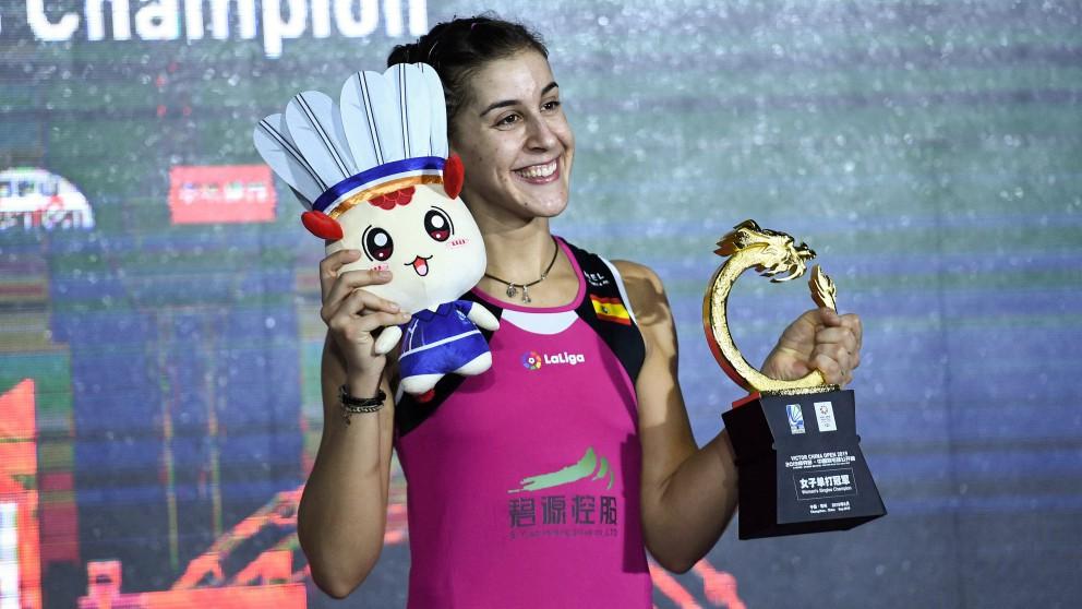 Carolina Marín posa con el título del Abierto de China. (AFP)