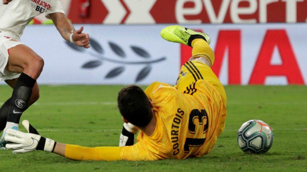 Courtois, ante el Sevilla (EFE).