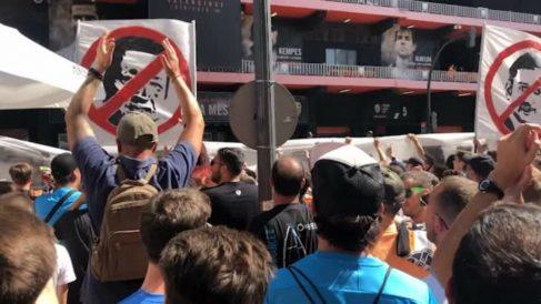 Multitudinaria protesta contra Peter Lim y Anil Murthy en Mestalla (Youtube)