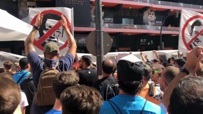 Multitudinaria protesta contra Peter Lim y Anil Murthy en Mestalla