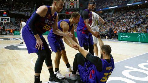Nikola Mirotic, ayudado por sus compañeros a levantarse en la final de Supercopa. (EFE)