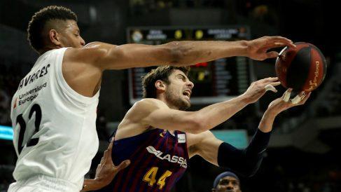 Tavares y Tomic, en un Real Madrid – Barcelona de baloncesto. (Getty)