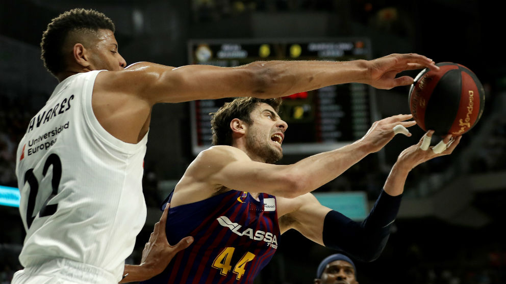 Tavares y Tomic, en un Real Madrid – Barcelona de baloncesto. (Getty)