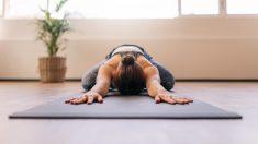 Descubre 4 posturas de yoga para evitar el insomnio
