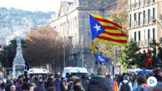 Simpatizantes independentistas protestan en las inmediaciones de la Lonja de Mar de Barcelona, donde esta mañana se celebrará una reunión del Consejo de Ministros. (Foto: Efe)