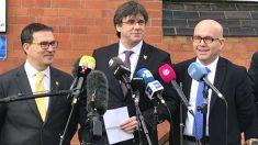 Carles Puigdemont junto a sus abogados Jaume Alonso-Cuevillas (izquierda) y Gonzalo Boye (derecha). (Foto: Europa Press).