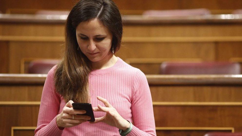 Ione Belarre, dirigente de Podemos, con un móvil en el Congreso @EP
