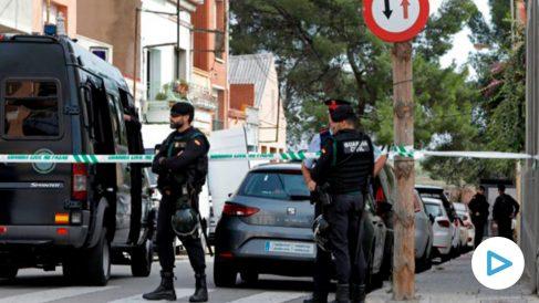 Agentes de la Guardia Civil durante el registro de un domicilio en Sabadell (Barcelona) uno de los registros que se están realizando en varias localidades catalanas en una operación ordenada por el Juzgado Central de Instrucción número 6 de la Audiencia Nacional contra un grupo de independentistas vinculados con los Comités de Defensa de la República (CDR), que, según informan a Efe fuentes de la investigación, planeaban acciones violentas y en la que han sido detenidas nueve personas. EFE/Susanna Sáez