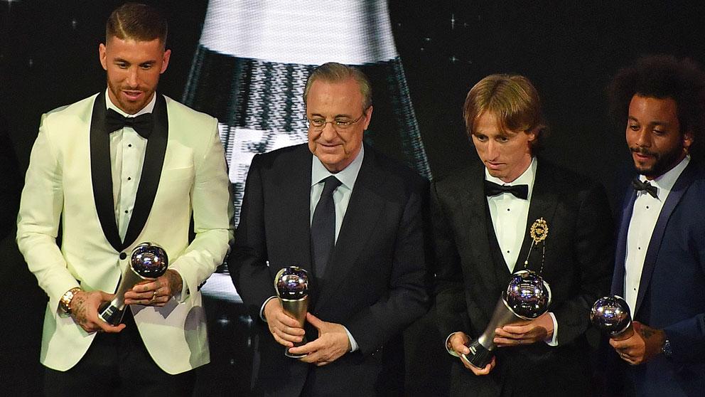 Florentino Pérez, junto a algunos de los jugadores elegidos en el mejor once de la FIFA en el The Best 2018. (AFP)
