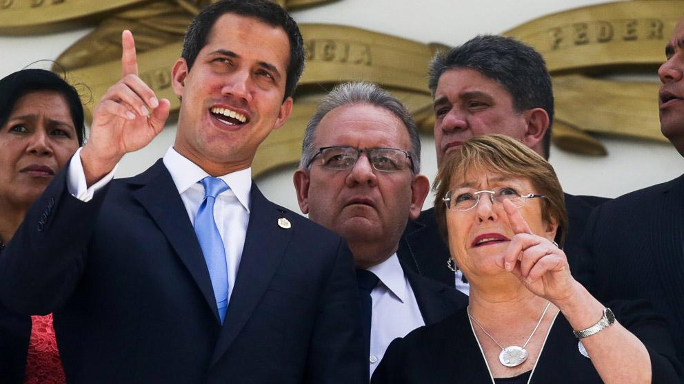 Juan Guaidó y Michelle Bachelet (Foto: AFP)