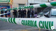 Agentes de la Guardia Civil durante el registro de un domicilio en Sabadell (Barcelona). Foto: EFE