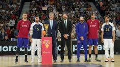 Jorge Garbajosa, en el centro, en el homenaje a los campeones del Mundo en la Supercopa Endesa. (ACB)