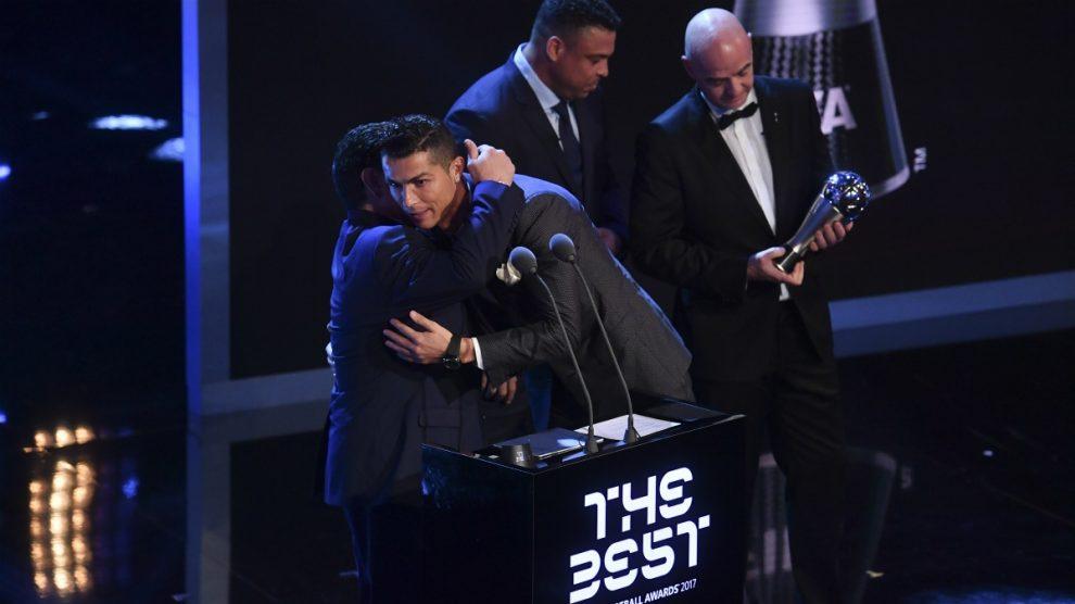 Cristiano Ronaldo, recogiendo el The Best 2017 con Infantino de fondo.