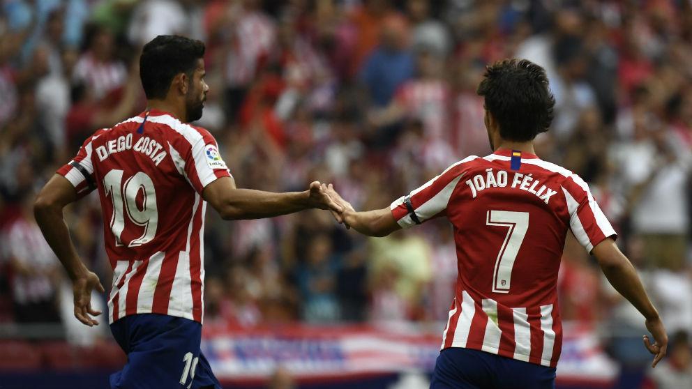 Joao Félix y Diego Costa durante un partido del Atlético. (AFP)
