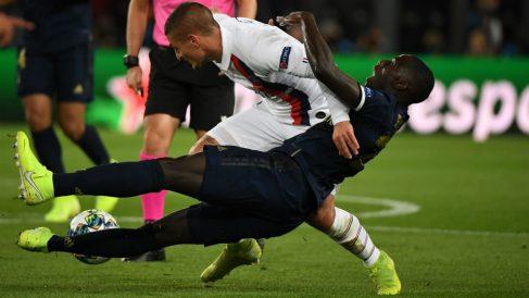 Mendy cae al suelo ante Verratti en el PSG-Real Madrid. (AFP)