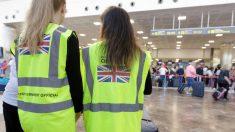 Personal de la Embajada británica en el aeropuerto de Tenerife Sur