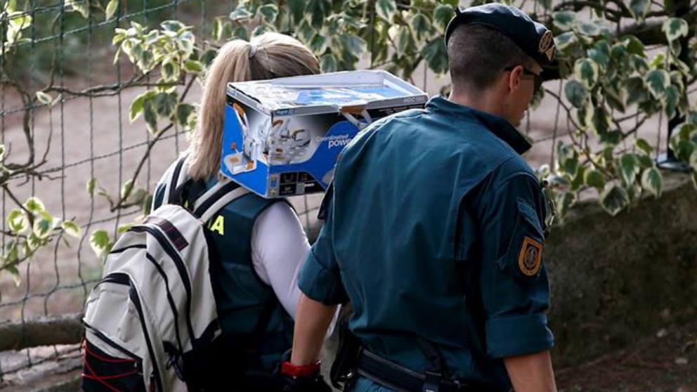 Agentes de la Guardia Civil con material incautado a los CDR. (Efe)
