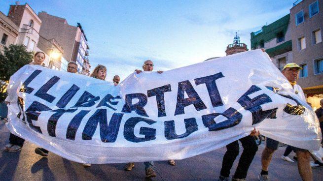Una cacerolada por los independentistas detenidos indigna a los barceloneses